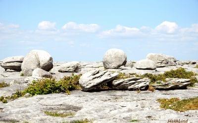 Бурен. Каменные валуны в виде шаров. Burren Black Head Ireland.
